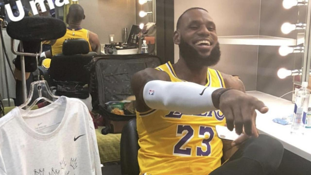 online retailer 04ec9 696d1 LeBron James flexes in his new Lakers gears while wearing Kobe's